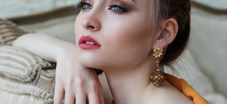 עגילי זהב נופלים לנשים במגוון דגמים